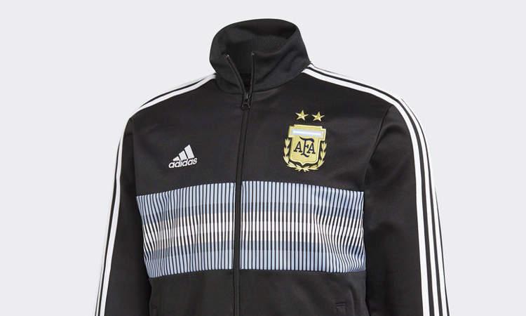 9a38789b85c Adidas en de AFA hebben weer een nieuw trainingsjack van het Argentijnse  voetbalelftal uitgebracht. Dit jack wordt door de spelers van het nationale  elftal ...