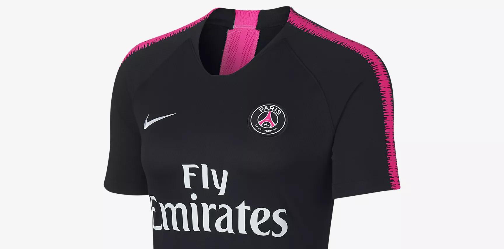Paris Saint Germain draagt zwartroze trainingspak