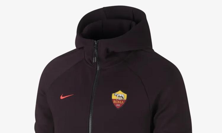 f2d592d4b72 Het Nike tech fleece pak van AS Roma voor 2019. Waar 2018 succesvol voor AS  Roma begon, is 2018 voor de Romeinen toch wel in mineur geëindigd.